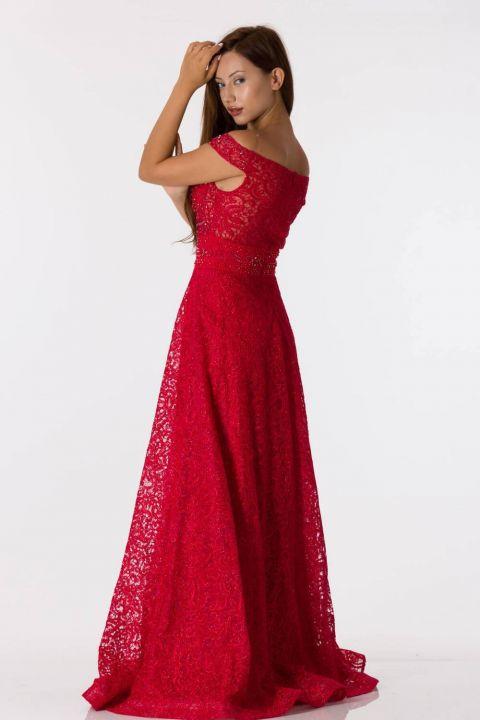 Красное кружевное вечернее платье с открытыми плечами