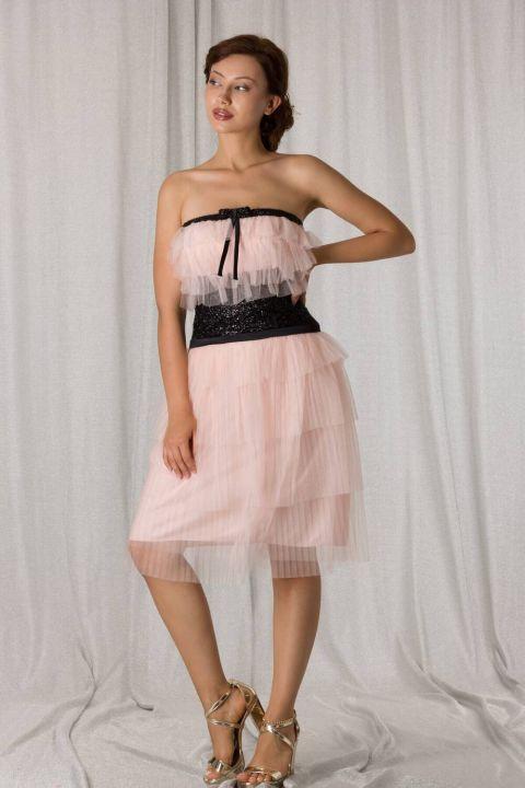 Многослойное пудровое вечернее платье без бретелек