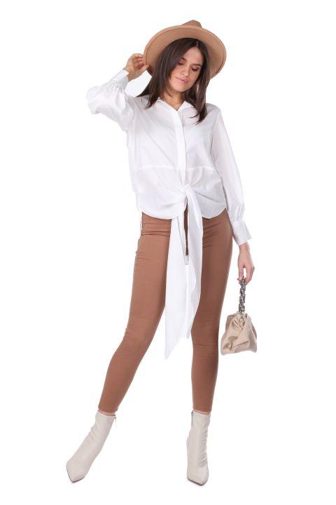 Белая женская рубашка с завязками спереди и длинной спиной
