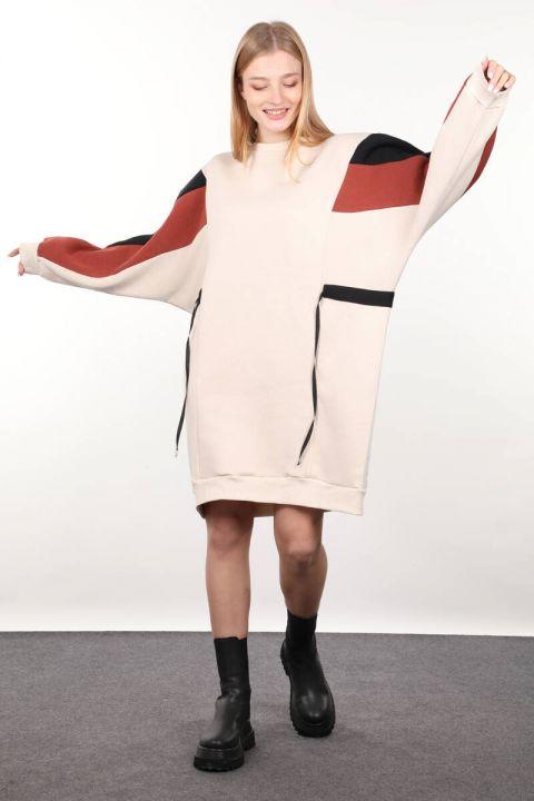 Бежевое платье-свитер с украшением для женщин