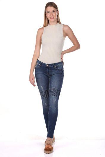BLUE WHITE - بنطلون جينز أزرق أبيض مزين بغرز نسائية (1)