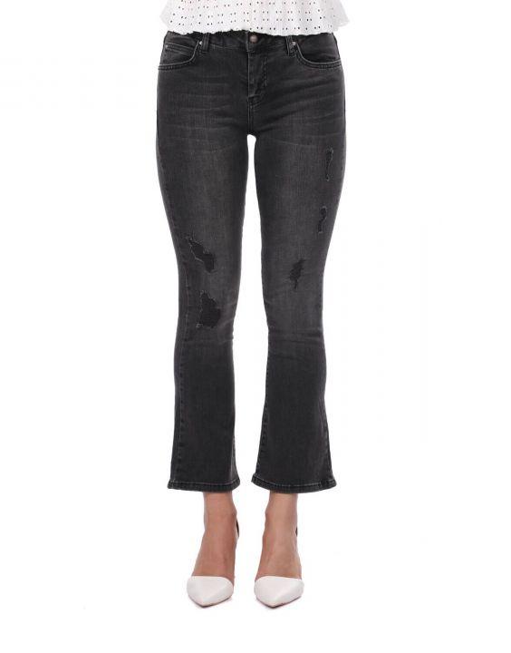 Женские черные расклешенные джинсовые брюки бело-голубого цвета