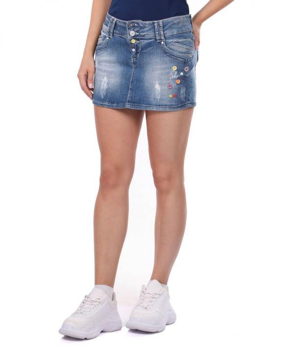تنورة جينز صغيرة بأزرار نسائية زرقاء وبيضاء