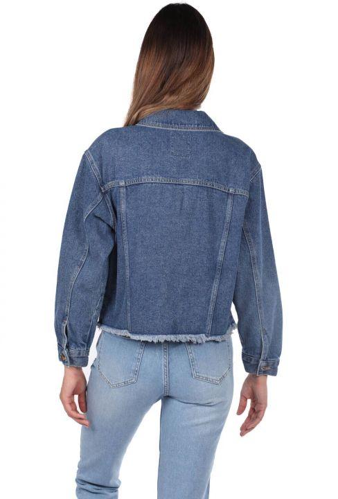 جاكيت جينز نسائي بجيوب زرقاء وبيضاء