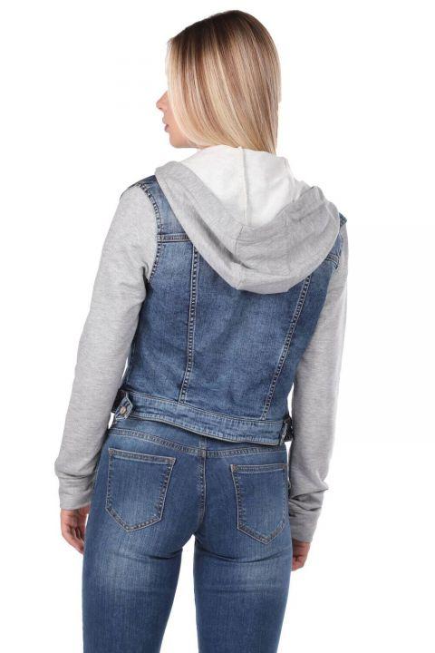 Синяя белая джинсовая куртка с капюшоном