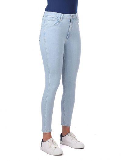 BLUE WHITE - بنطلون جينز أزرق فاتح نسائي ضيق باللون الأزرق والأبيض (1)