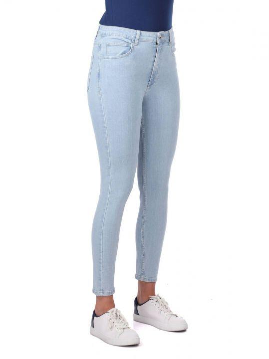 بنطلون جينز أزرق فاتح نسائي ضيق باللون الأزرق والأبيض