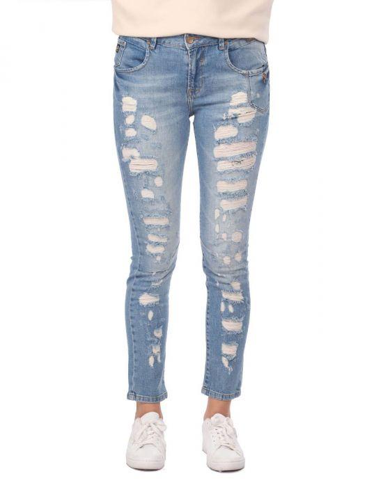Женские джинсовые брюки с синими и белыми пуговицами