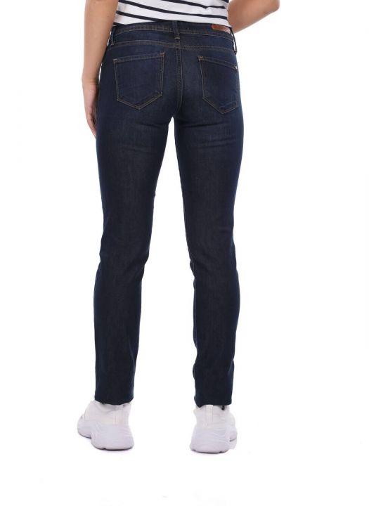 Темные джинсовые брюки стандартного кроя