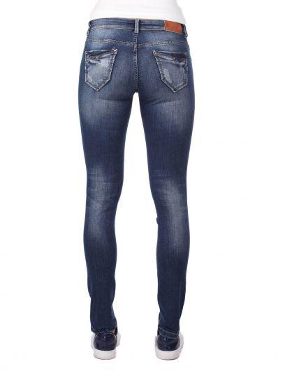 Сине-белые рваныеженские джинсовые брюки снизкой талией и детализированнымидеталями - Thumbnail