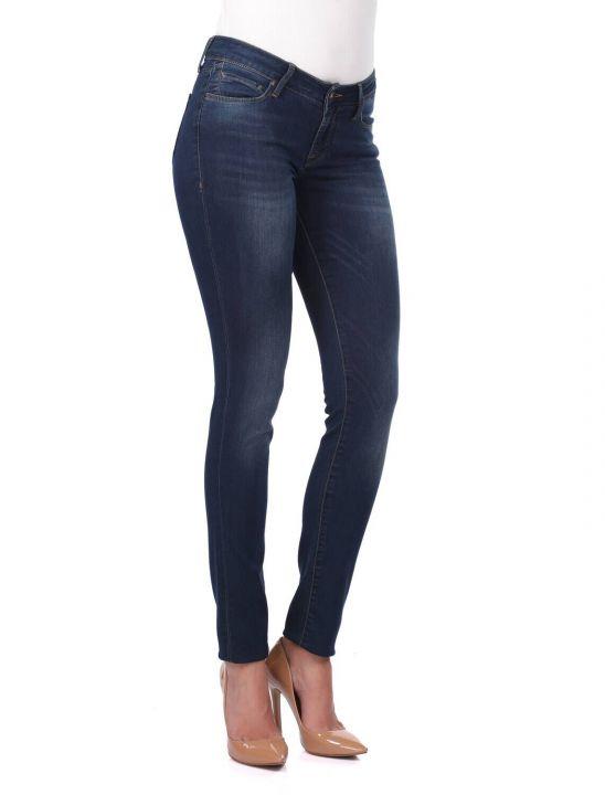 Женские темные джинсовые брюки стандартного кроя