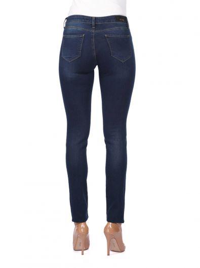 Женские темные джинсовые брюки стандартного кроя - Thumbnail