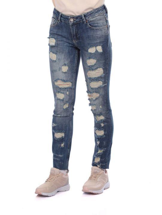 Сине-белые рваные женские джинсовые брюки с детализированной отделкой