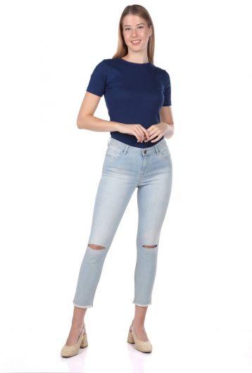 BLUE WHITE - بنطلون جينز أزرق أبيض نسائي ممزق في الركبة (1)