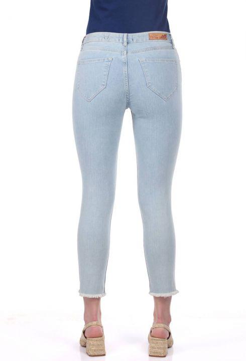بنطلون جينز أزرق أبيض نسائي ممزق في الركبة
