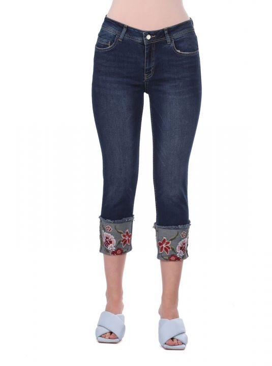 Синие-белые расклешенные джинсовые брюки с цветочным принтом