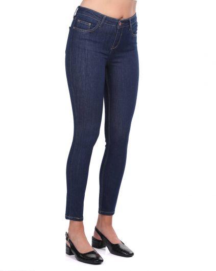 BLUE WHITE - بنطلون جينز غامق متوسط الخصر باللونين الأبيض والأزرق للنساء (1)