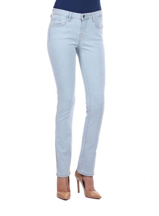 بنطلون جينز خفيف أزرق وأبيض للنساء