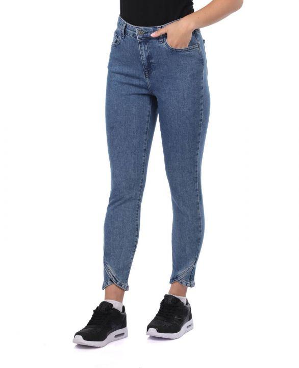 Сине-белые женские джинсовые брюки с детализированными штанинами