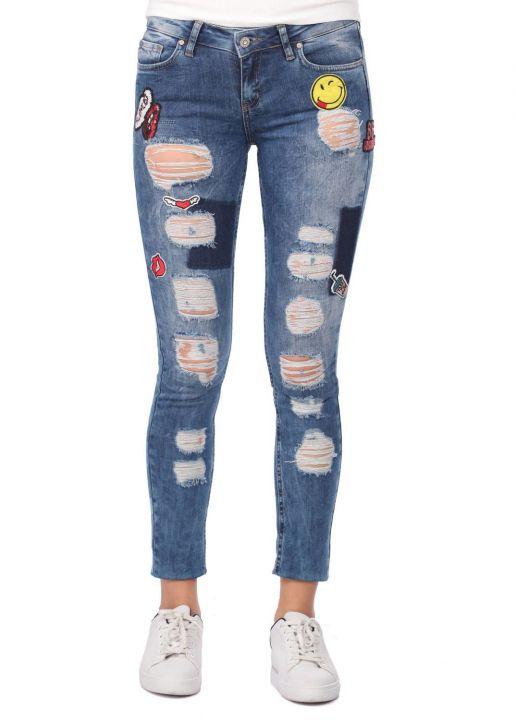 Сине-белые женские рваные джинсовые брюки с рисунком