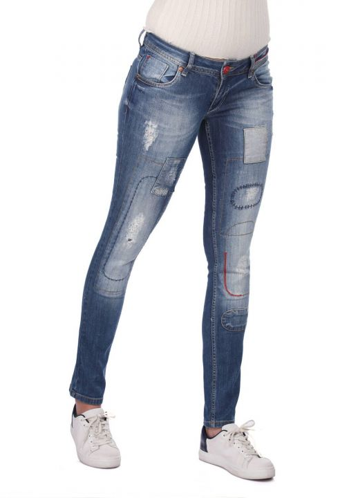 Сине-белые женские джинсовые брюки с детальным рисунком