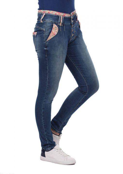 بنطلون جينز بحزام مزخرف بالزهور باللون الأزرق والأبيض للنساء