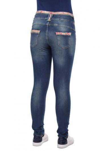 بنطلون جينز بحزام مزخرف بالزهور باللون الأزرق والأبيض للنساء - Thumbnail