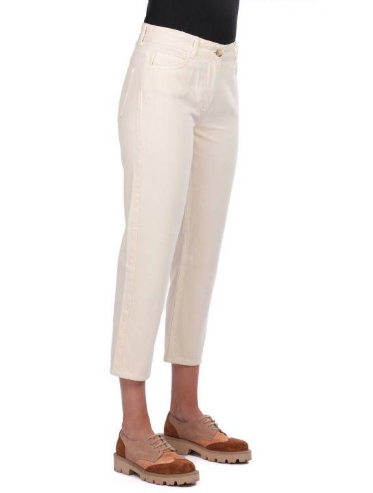 بنطال جينز Mom Fit نسائي أزرق وأبيض