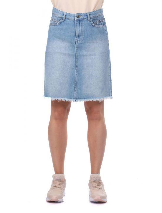 تنورة جينز نسائية زرقاء وبيضاء