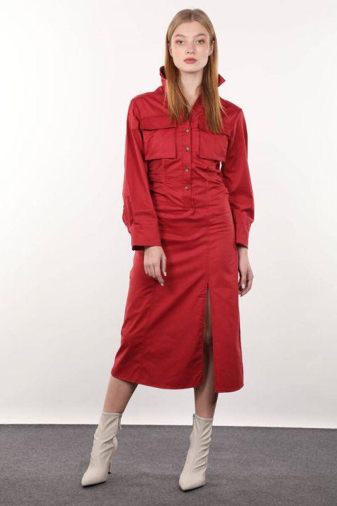 Бордовое женское платье со сборками сбоку