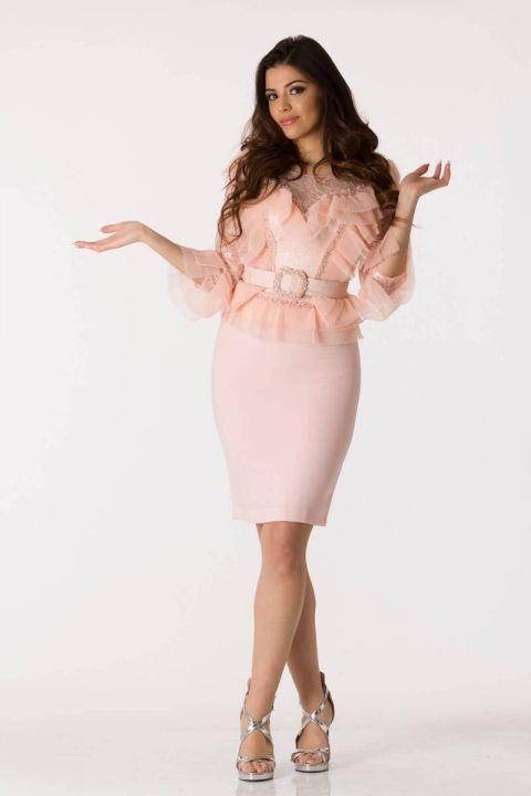 Розовый вечерний костюм с поясом и поясом из тюля