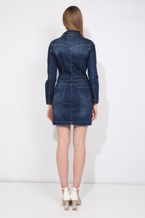 Женское джинсовое платье цвета индиго на пуговицах