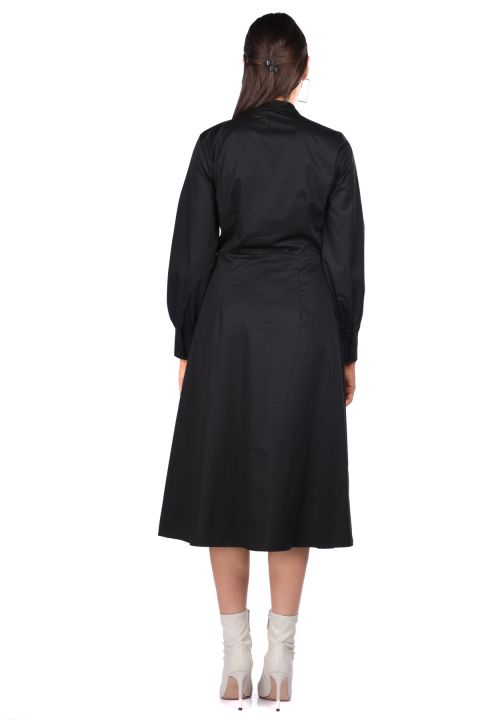 فستان أسود بياقة مستديرة وأزرار