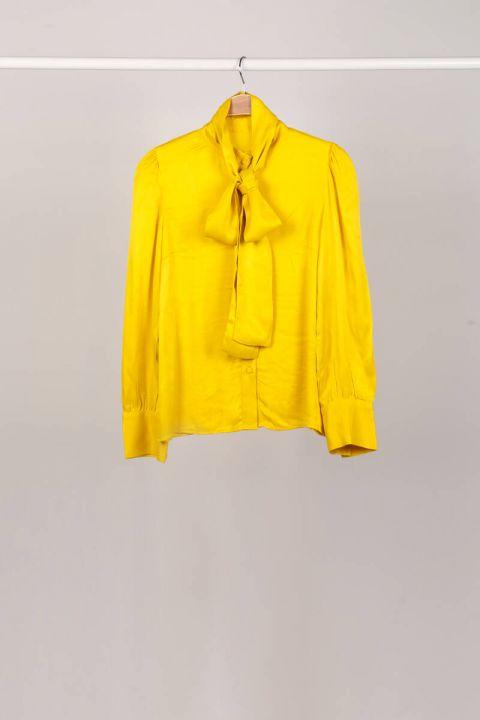 Женская рубашка с желтым воротником и завязками