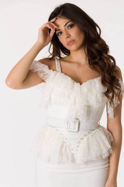 بدلة سهرة بيضاء رقيقة بحمالات من التول
