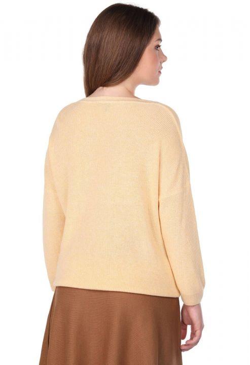 Желтый женский трикотажный свитер с круглым вырезом