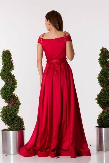 Красное атласное вечернее платье с поясом с рукавами и детальным рисунком - Thumbnail