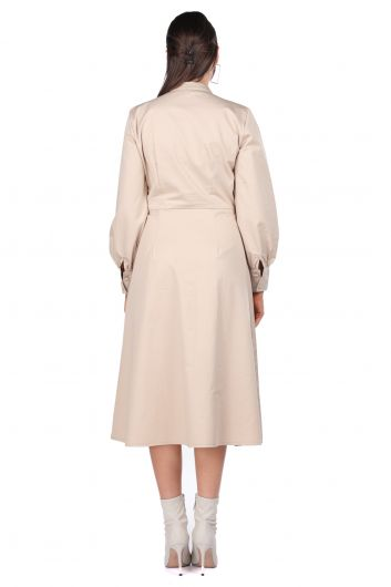 زر أسفل الياقة فستان بيج للنساء - Thumbnail