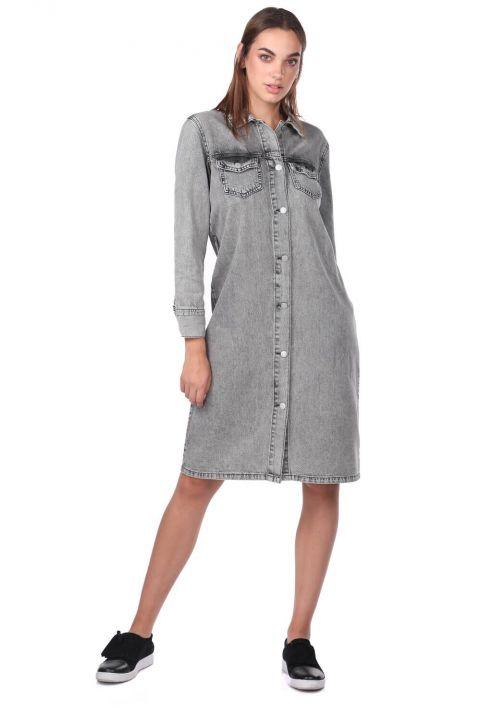 Серое джинсовое платье с пуговицами