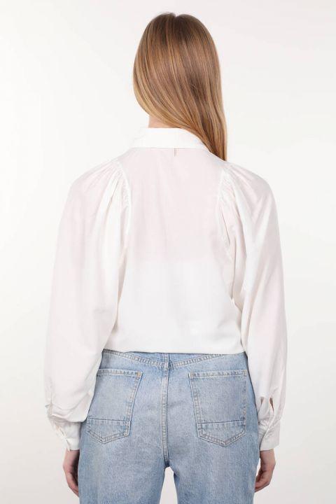 Женская рубашка с круглым вырезом на рукавах цвета экрю