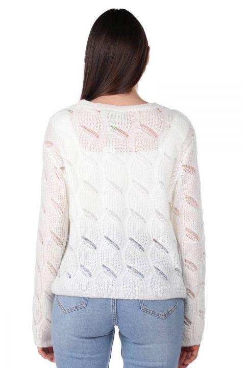 Трикотажный женский вязаный свитер цвета экрю