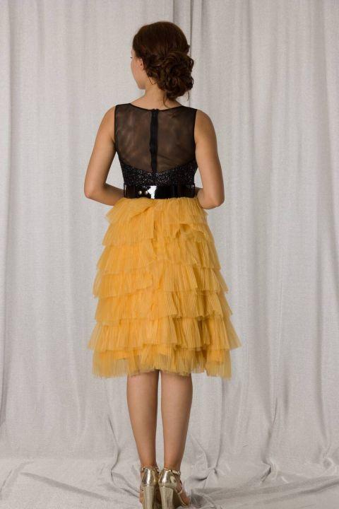 Желто-черное короткое вечернее платье с многослойной складкой