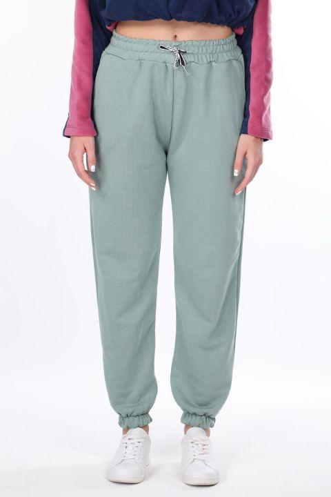 Зеленые женские спортивные штаны на плоской резинке