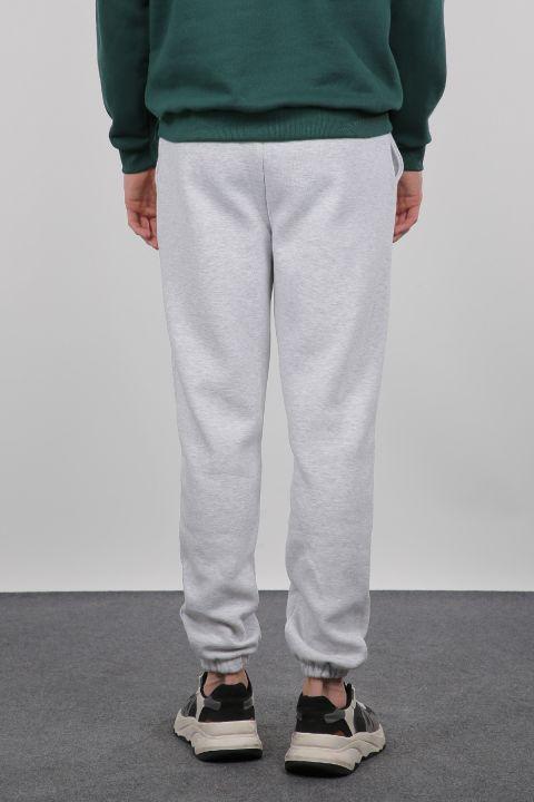 Серые приподнятые брюки с мужскими спортивными штанами на резинке