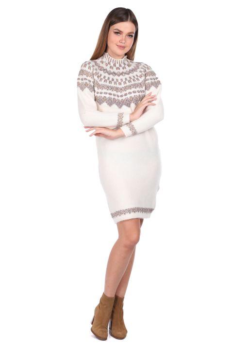 Женский трикотажный свитер кремового цвета с воротником под горло