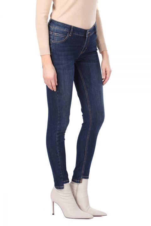 Женские джинсовые брюки цвета индиго с деталями на ногах