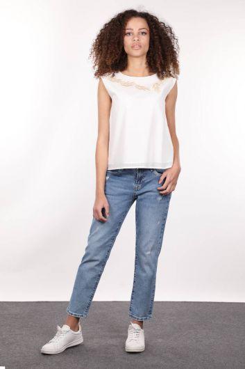 MARKAPIA WOMAN - Kayık Yaka Kolsuz Nakışlı Astarlı Beyaz Kadın Bluz (1)