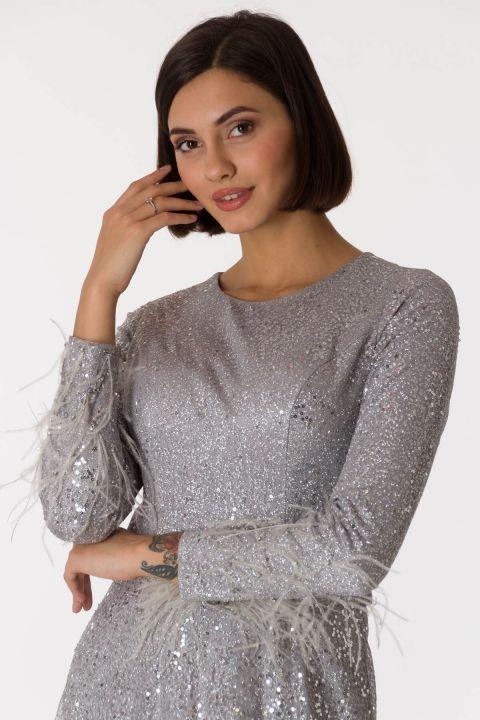 فستان سهرة طويل باللون الرمادي الفضي بأكمام طويلة