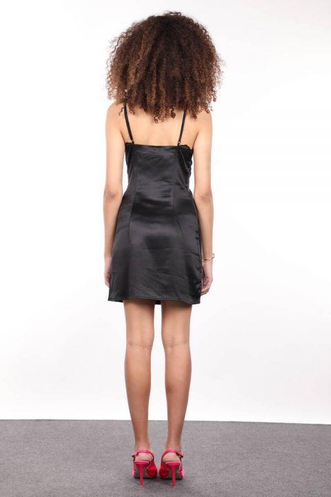 Черное атласное женское платье со шнуровкой и спагетти на бретелях