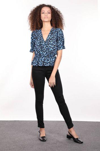 MARKAPIA WOMAN - Mavi Desenli Kruvaze Yaka Beli Lastikli Kadın Bluz (1)